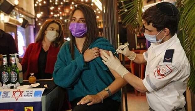 В баре в Израиле бесплатно наливают тем, кто вакцинируется от коронавируса