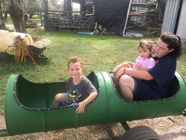 Ее внуки играли во дворе с двумя питбулями когда она услышала их крик...
