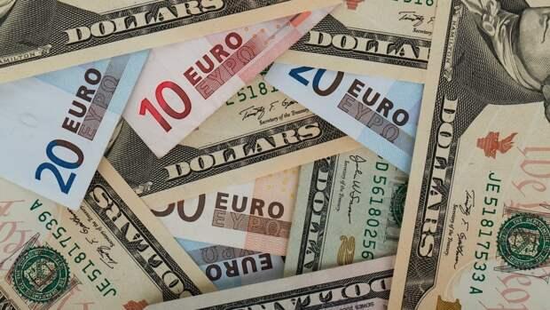 Центробанк РФ понизил официальные курсы доллара и евро