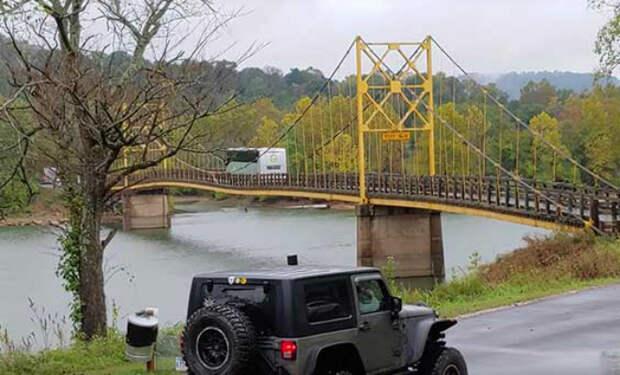 Автобус весом 12 тонн заехал на мост, рассчитанный на 10 тонн. Полотно начало гнуться под колесами: видео