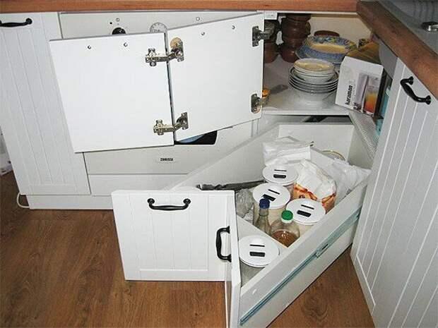 Кухня всего 6 кв, а кажется намного больше. Вместили всё необходимое, даже кулер и кофеварку. Интересная обеденная зона