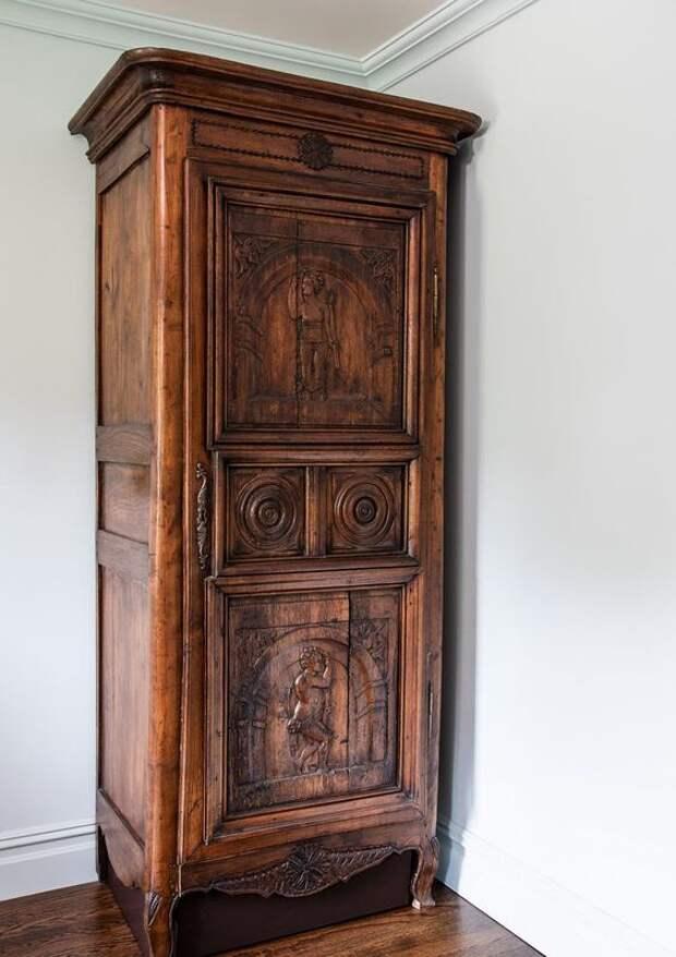 шкаф дверь в скрытую часть дома  тайник