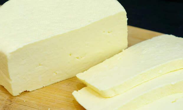 Варим домашний сыр за 10 минут: смешиваем молоко и сметану