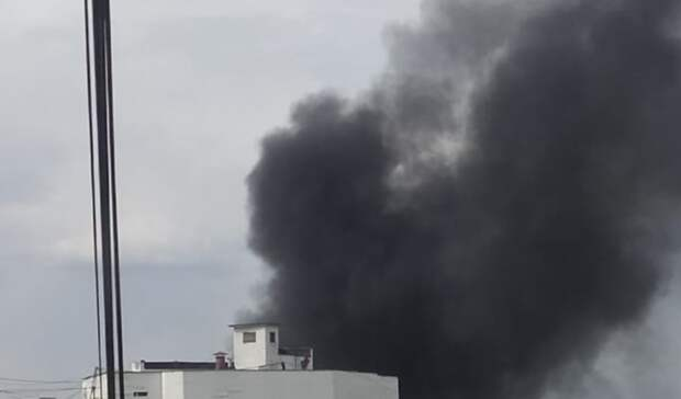 Густой черный дым видно издалека: вЕкатеринбурге загорелся автосервис