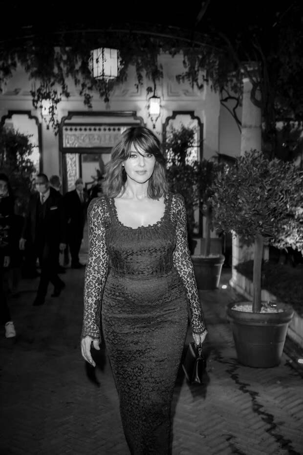 Моника Беллуччи в прозрачном кружевном платье и с новым цветом волос