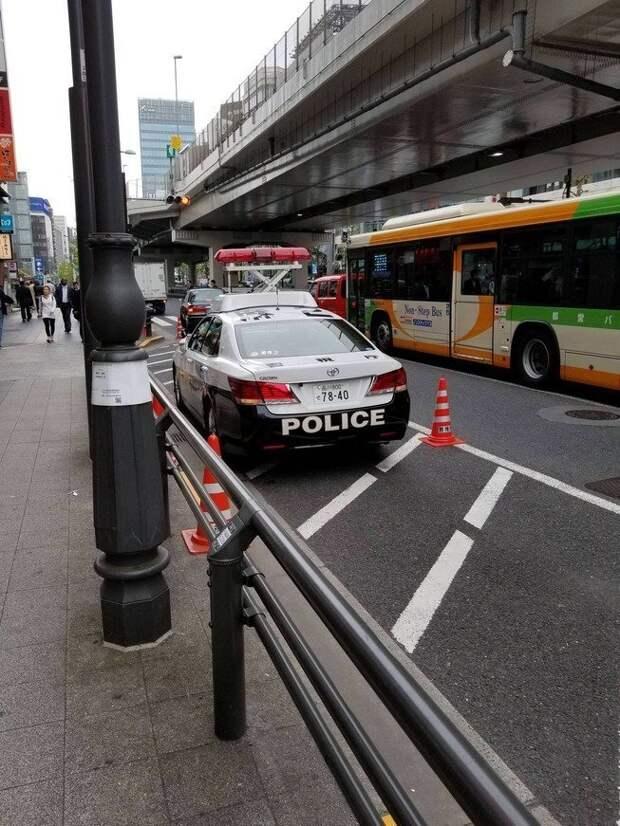 15. Японские полицейские машины оснащены выдвигающимися вверх мигалками в мире, гениально, изобретения, на заметку, удобно, хитрости