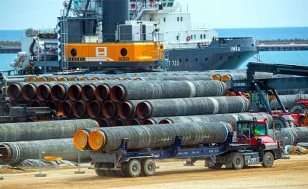 На фото: трубы для газопровода Nord Stream 2 Балтийского моря погружены на судно в порту Мукран, Мекленбург-Передняя Померания, Германия, 01 июня 2021 года