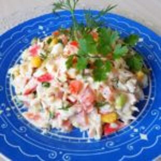 Салат из риса с овощами и крабовыми палочками