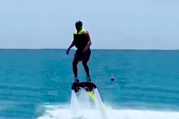 Жена Овечкина показала, как хоккеист летает над морем нафлайборде