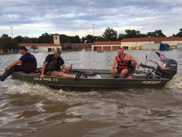 Люди плывут на лодке