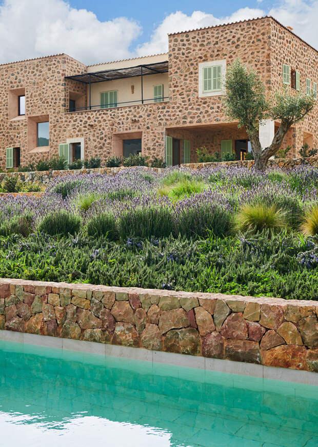 Солнечные интерьеры каменного дома в Испании