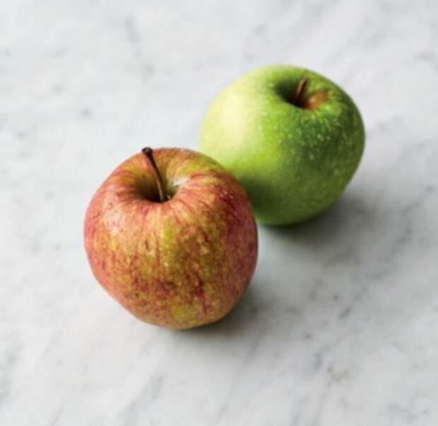 Сладкая запеканка с колбасками и яблоками
