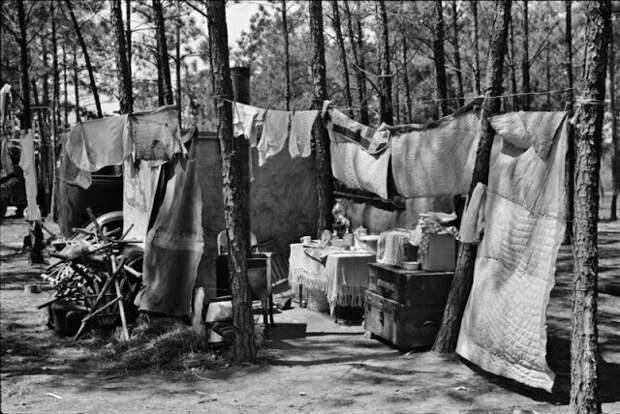 Дом кочующей семьи, путешествующей и и работающей по всему Югу - ремонт, строительство и любая другая случайная работа. Временный лагерь под Атлантой, Джорджия, 1939 год