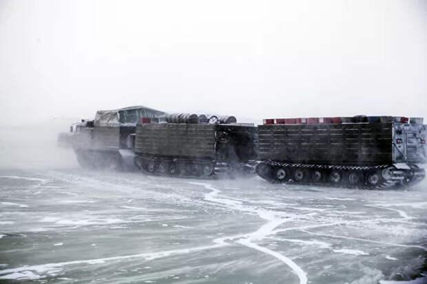 Двухзвенный гусеничный транспортер во время испытаний новых и перспективных образцов вооружения, военной и специальной техники в условиях Арктики