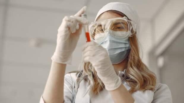 Появилось видео, как в украинской больнице врачи на руках носят больных коронавирусом