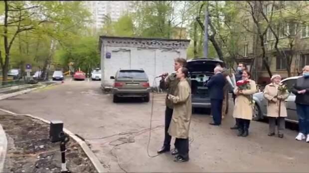 В Марфине ветеранов поздравили музыкальным флешмобом