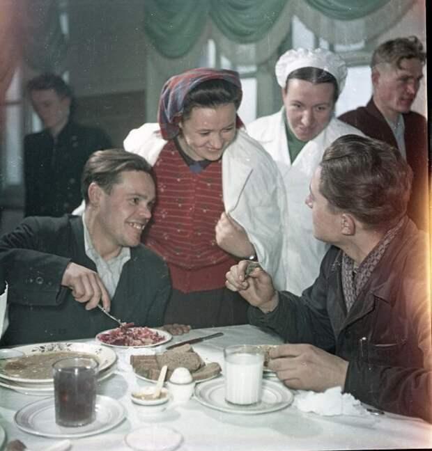 В рабочей столовой шахты № 4 треста «Тулауголь» Всеволод Тарасевич, 1955 - 1965 год, г. Москва, МАММ/МДФ.