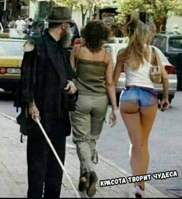 Две подруги: — Вчера встретила твоего мужа в магазине. Рассказал анекдот...