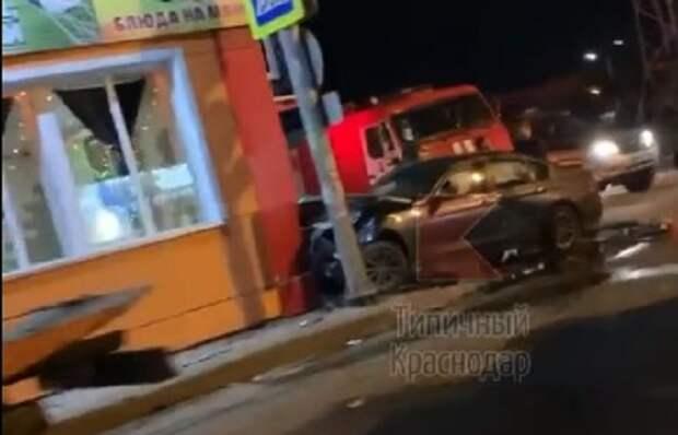 Иномарка врезалась в кафе в Краснодаре