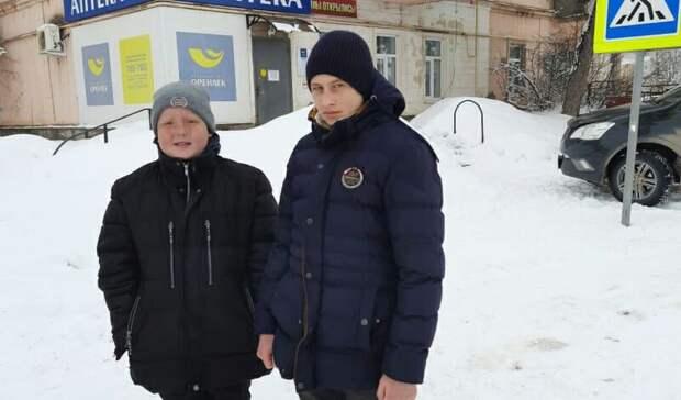 Школьники вАбдулино настоянке такси нашли 100тыс рублей икошелек