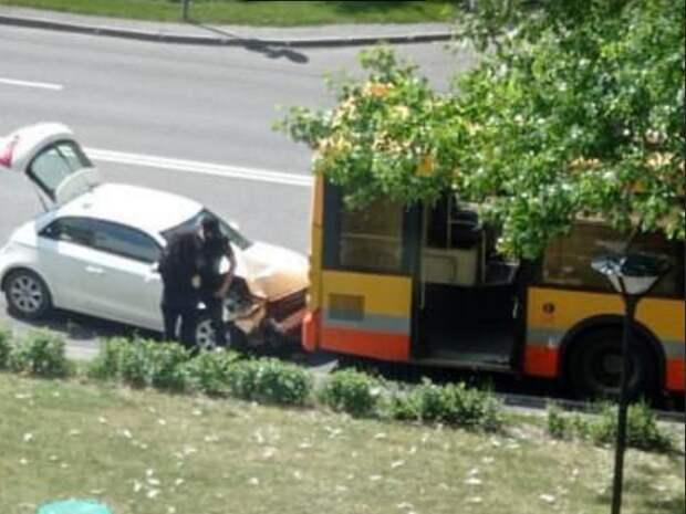На улице Свободы легковушка столкнулась с автобусом