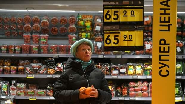 Женщина выбирает апельсины в супермаркете Перекресток в Москве - РИА Новости, 1920, 01.10.2020