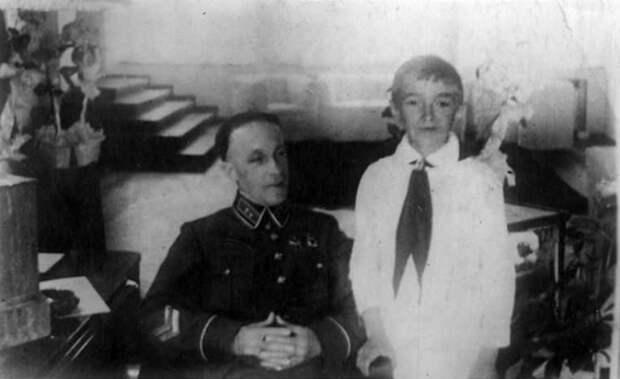 Комдив Дмитрий Карбышев с сыном Алексеем, 1939 год. Фотография из семейного архива