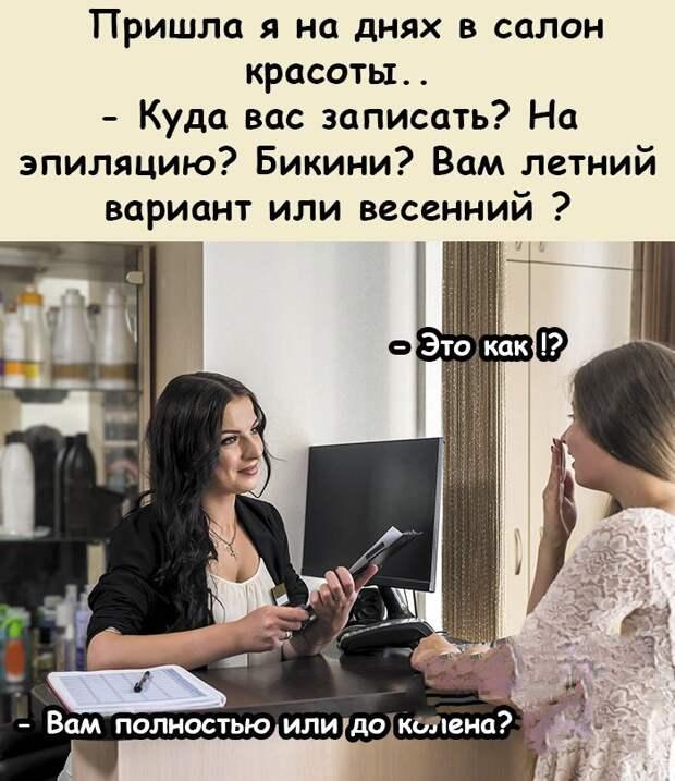 В квартире перед зеркалом раздевается красивая девушка...