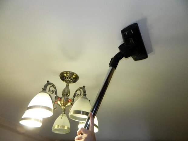 Мыть натяжной потолок пылесосом