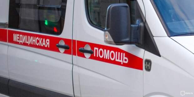 Во дворе дома на Большой Марфинской застрял автомобиль скорой помощи