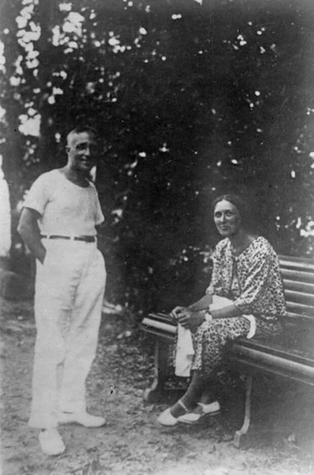 Дмитрий Карбышев с женой Лидией, середина 1930-х годов. Фотография из семейного архива