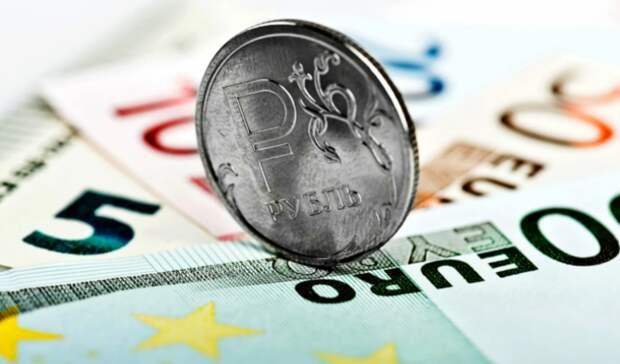 Рубль снижается к доллару, но растет к евро