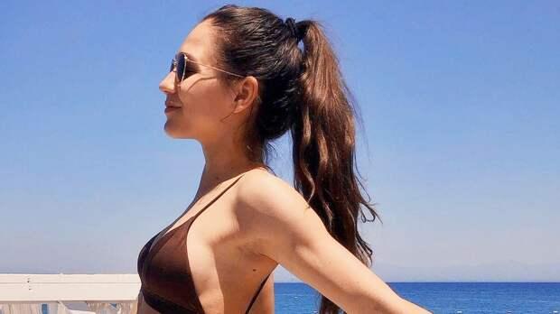 «Роскошная красавица». Фигуристка Константинова взбудоражила подписчиков редким фото в купальнике