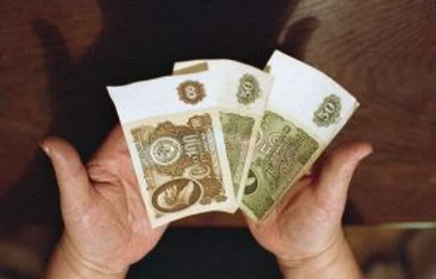 На фото: прекращении приема к платежу денежных купюр достоинством 50 и 100 рублей