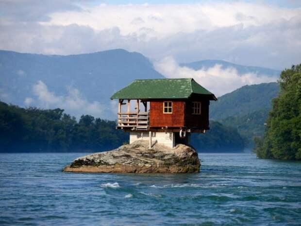 Дома, построенные в необычных местах