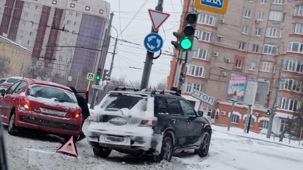 Автомобиль вОренбурге протаранил дорожный знак «стоп-линия»