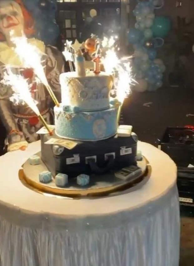 Костюм Босса-молокососа и торт с долларами. Сын Оксаны Самойловой и Джигана отметил первый день рождения