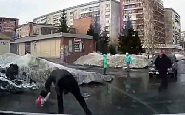 Что скрывают лужи: девочка провалилась в яму на дороге