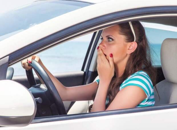 В Челябинске дама за рулём с разгона протаранила ворота жилого комплекса (ВИДЕО)