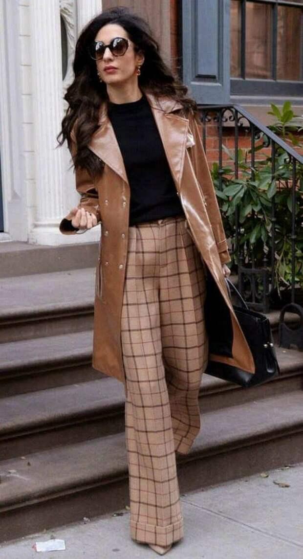 С чем носить кожаный плащ осенью 2020