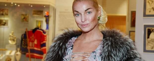 Анастасия Волочкова решила обнажить грудь у бассейна