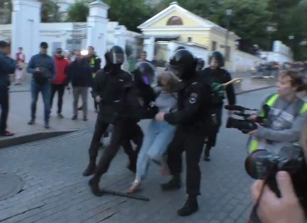 Единоросс Вячеслав Макаров заявил, что сотрудники Росгвардии заслуживают того, чтобы при их появлении «срывали шапки и кланялись им в пояс»