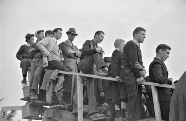 Зрители на футбольном матче Университет Дьюка - Северная Каролина. Дарем, Северная Каролина, октябрь 1939 г.