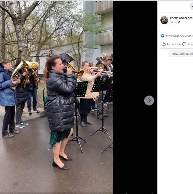 Школьники и юные музыканты поздравили проживающих в Лианозове ветеранов