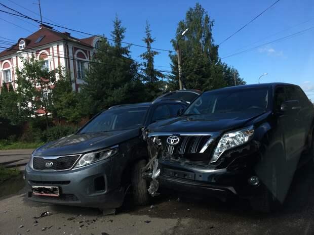 В Твери две машины столкнулись на улице с односторонним движением