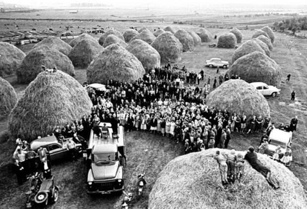 По середине поля, среди стогов сена проводится внеочередное собрание рабочего класса.