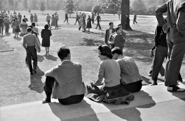 Студенты во время перемены, Университет Северной Каролины, Чапел-Хилл, Северная Каролина, сентябрь 1939 г.