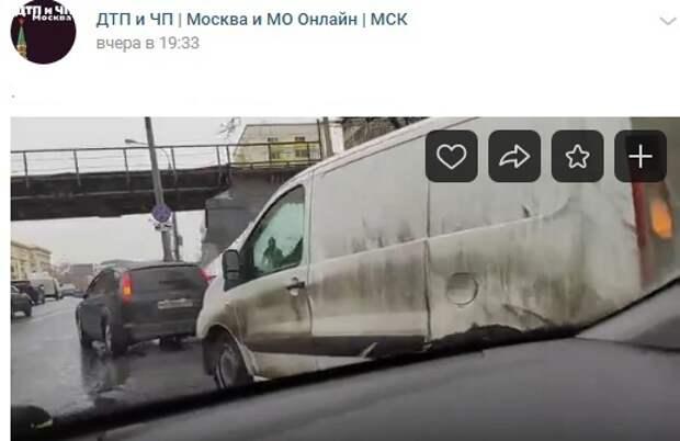 У метро «Дмитровская» столкнулись «Пежо» и «Форд»