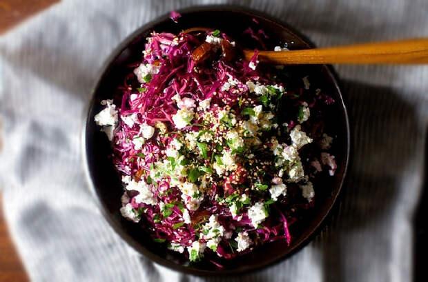 Салат с красной капустой, финиками и фетой. \ Фото: google.ru.