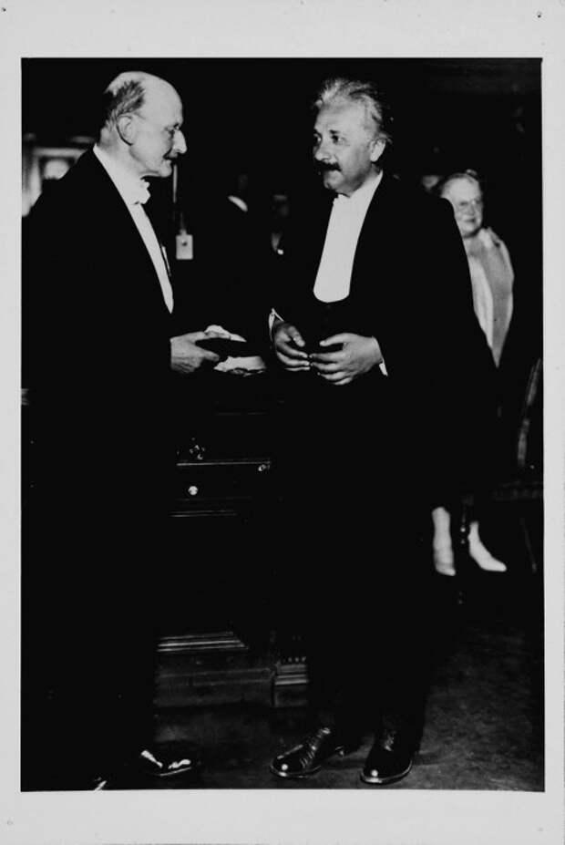 Вручение медали имени Макса Планка Эйнштейну, 1929 год.